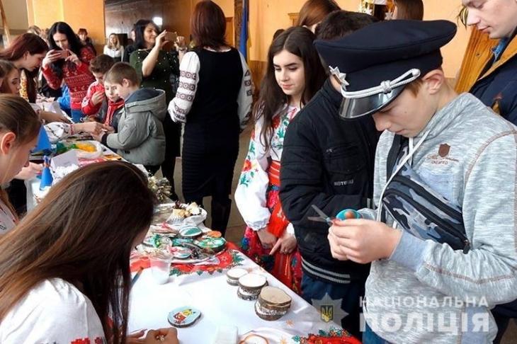 У Франківську діти разом із поліцейськими робили ялинкові прикраси (фото+відео)