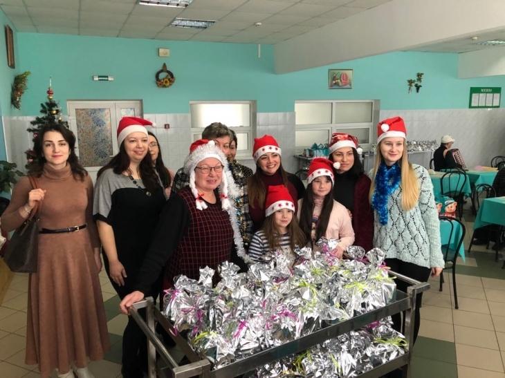 Мешканців геріатричного пансіонату по-домашньому зі святами привітали волонтери. ФОТО 1