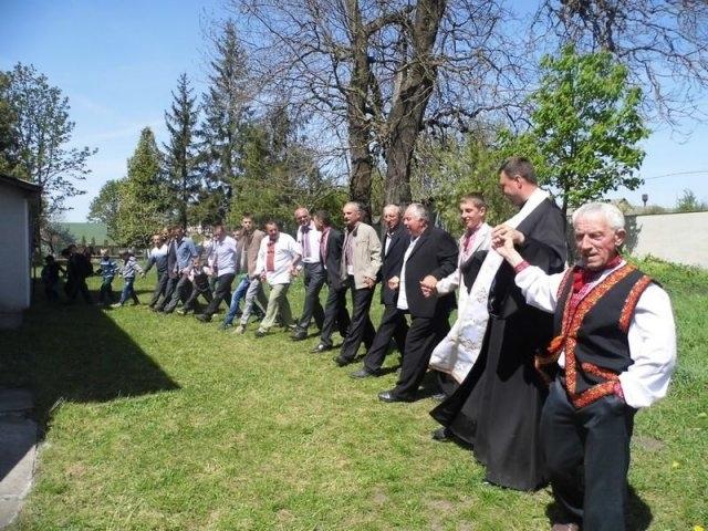 У прикарпатському селі Чортовець священик з чоловіками танцює великодній ритуальний танець 1