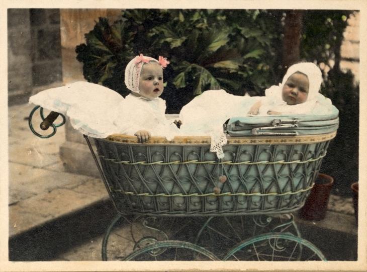 Діти у візочку. Поштівка, поч. ХХ ст.