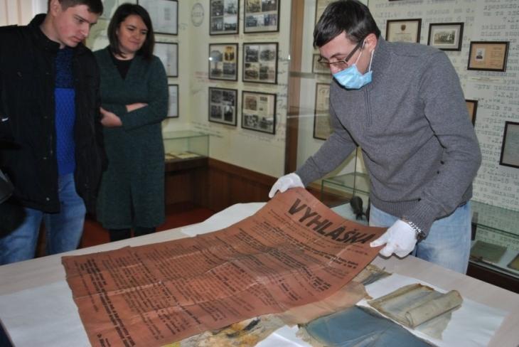 Бідон із архівом УПА, який знайшли в лісі під Рогатином, передали в музей. ФОТО 1