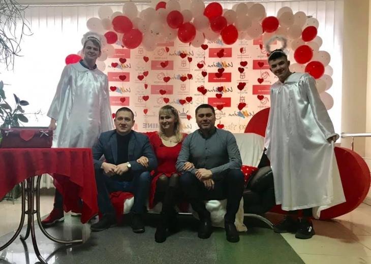 На День Валентина викладачі франківського університету привітали студентів у образах купідонів. ФОТО 2
