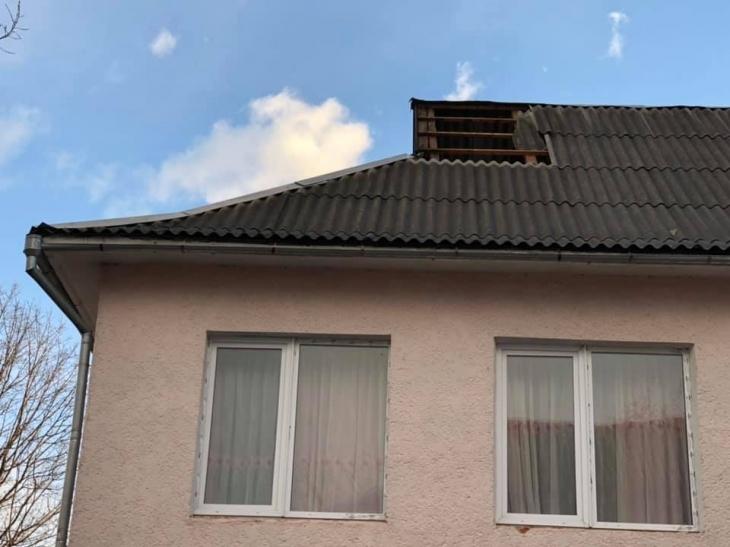 На Прикарпатті буревій валить дерева і зриває дахи – без світла 11 населених пунктів. ФОТО 2