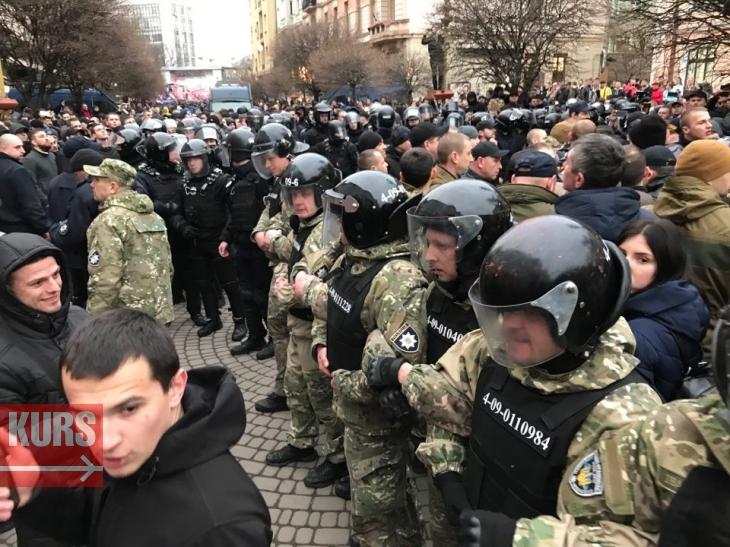 У Франківську на мітингу Порошенка побились Нацдружини з поліцією. ФОТО, ВІДЕО 1