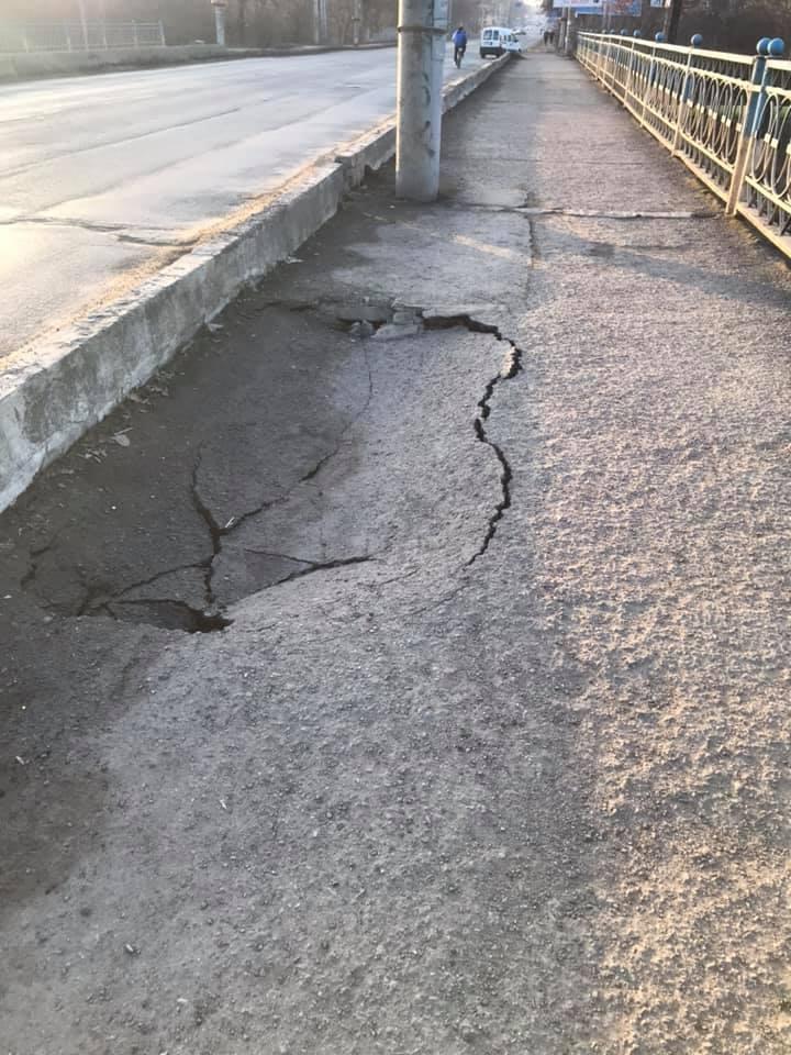 У Франківську провалюється тротуар на мості через Бистрицю Надвірнянську (фотофакт)