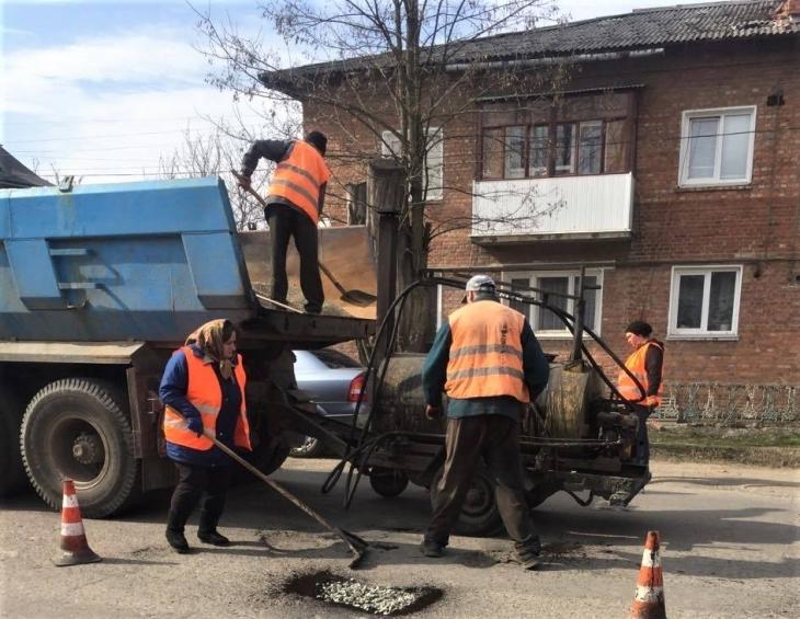 Прикарпатські дорожники латають дві державні автотраси (фото)