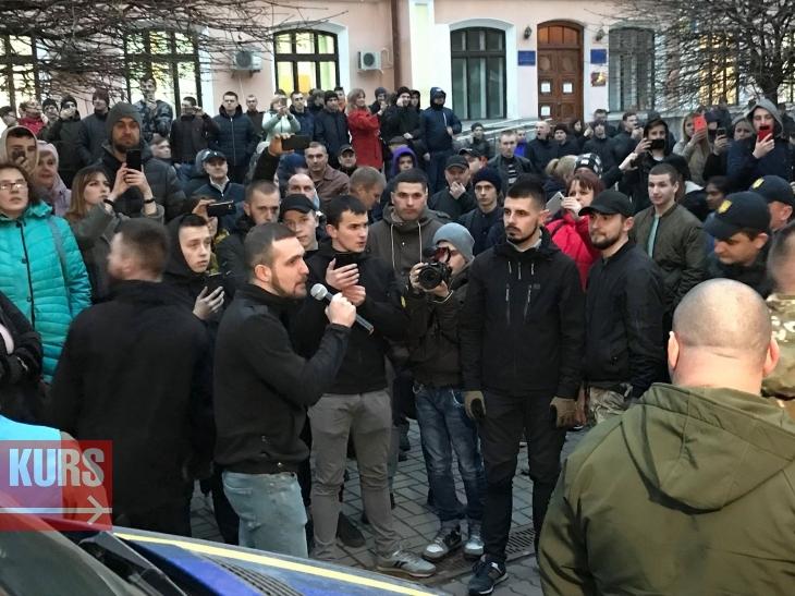 У Франківську на мітингу Порошенка побились Нацдружини з поліцією. ФОТО, ВІДЕО 4
