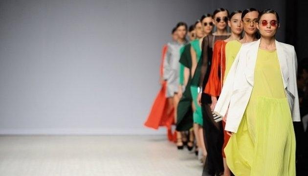 Перший день Українського тижня моди відбувся в Києві. 55 дизайнерів у  Мистецькому арсеналі показали тисячам глядачів 152486ea3188d