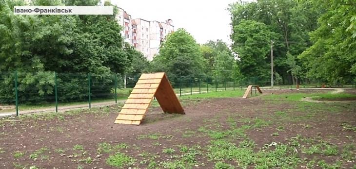 Перший в місті майданчик для вигулу собак облаштували в Івано-Франківську (відеорепортаж)