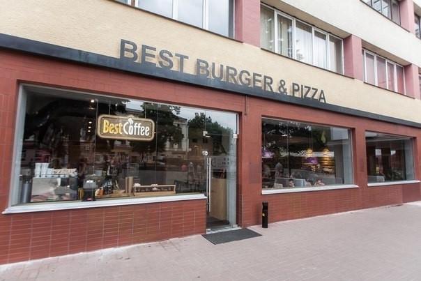 В одному із популярних франківських ресторанів швидкого харчування трапився скандал через бідного чоловіка