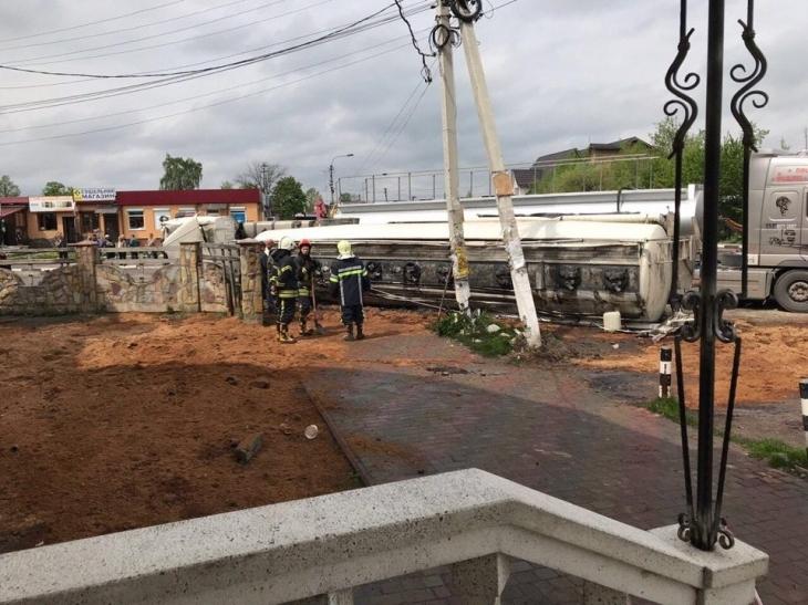 На Прикарпатті 25 рятувальників ліквідовували наслідки аварії, в якій перекинувся бензовоз 2