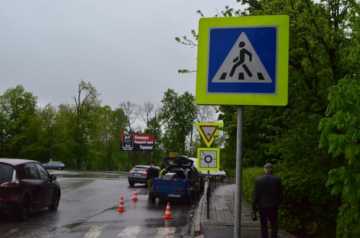 """На """"стратегічному"""" кільці у Долині встановлять 56 дорожніх знаків нового зразка (фоторепортаж)"""