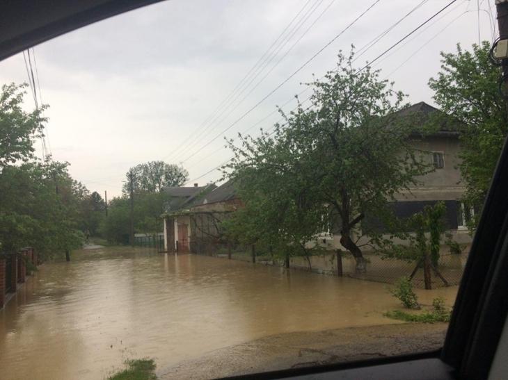 """Підгірки """"попливли"""": у Калуші злива підтопила мікрорайон, потік вилився на вулиці. ФОТО. ВІДЕО 1"""