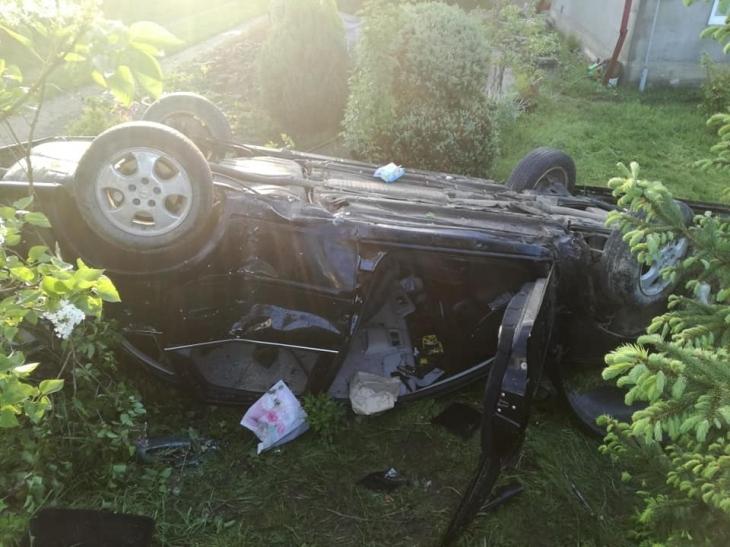 На Прикарпатті автомобіль на швидкості зніс паркан та перекинувся на дах (фоторепортаж)