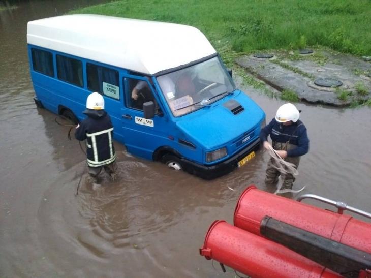Прикарпатські рятувальники працюють не покладаючи рук - допомагають людям та витягують підтоплений транспорт (фото+відео)