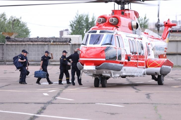 Вертоліт ДСНС моніторить підтоплення на Прикарпатті: у воді залишаються понад 500 будинків 2