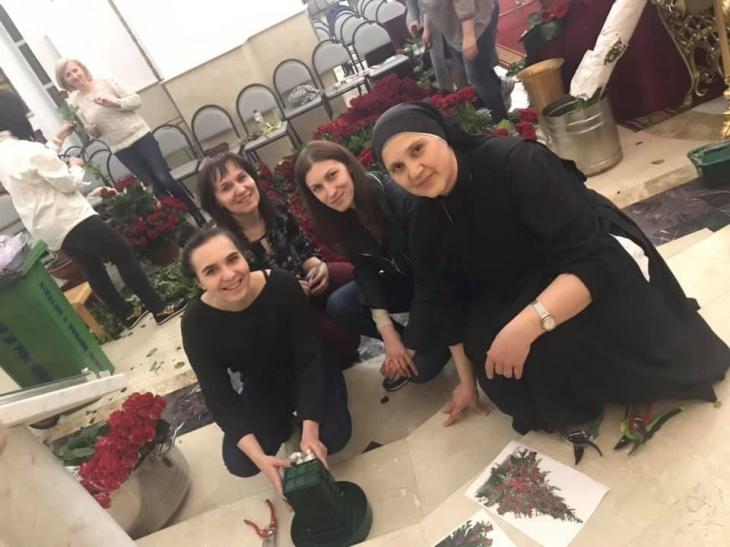 До Плащаниці у Крихівцях парафіяни принесли сотні червоних троянд. ФОТО 1