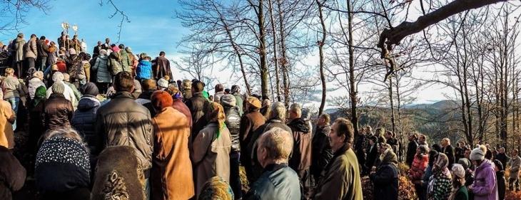 На Прикарпатті встановили майже двометрову фігуру Діви Марії на скелі. ФОТО, ВІДЕО 1