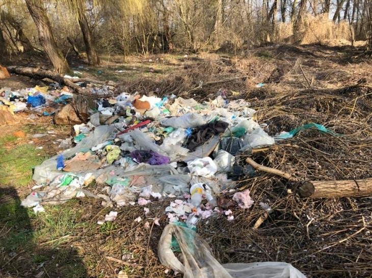 У Івано-Франківську мешканці приватного сектору викидають весь непотріб з власних подвір'їв у міський парк