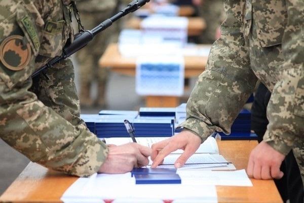 Прикарпатців запрошують на військову службу за контрактом, пропонуючи зарплату 10 – 15 тисяч гривень