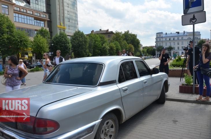 У Франківську патрульні спробували достукатися до совісті водіїв, які паркуються на місцях для інвалідів. ФОТО 2