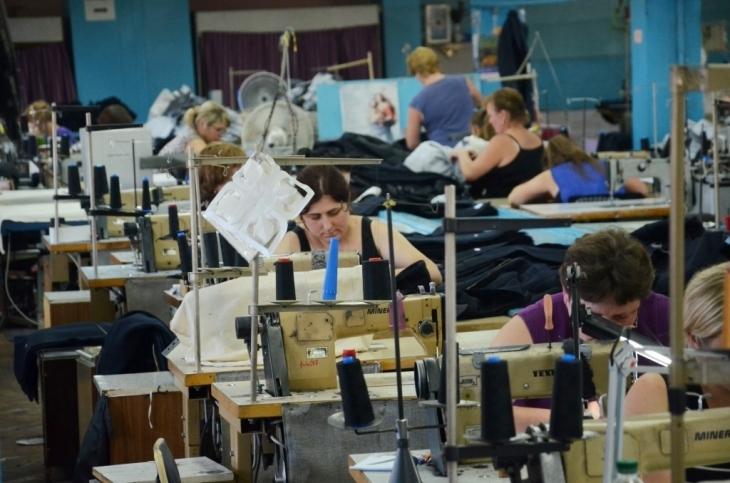 Українські швейні фабрики шиють брендовий одяг на експорт у Європу.  Вартість пошиття одягу в Україні стала вчетверо нижчою за китайську 026aeebcf4e35