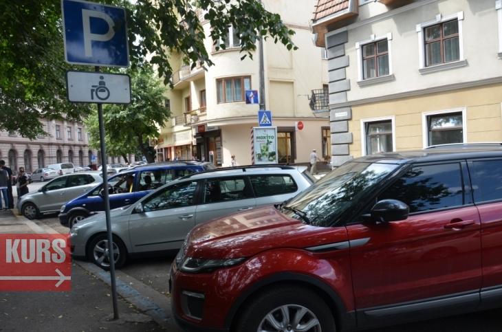 У Франківську патрульні спробували достукатися до совісті водіїв, які паркуються на місцях для інвалідів. ФОТО 4