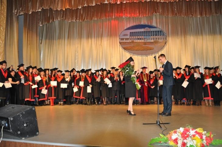 Випускниці магістратури ПНУ хлопець освідчився просто на сцені під час вручення дипломів (фотофакт)
