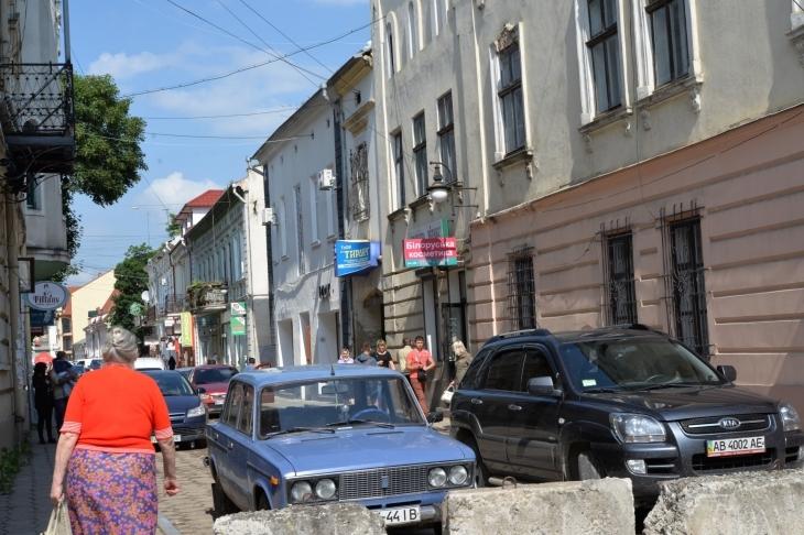 У Коломиї через затяжний ремонт дороги підприємці пікетували міськраду 2
