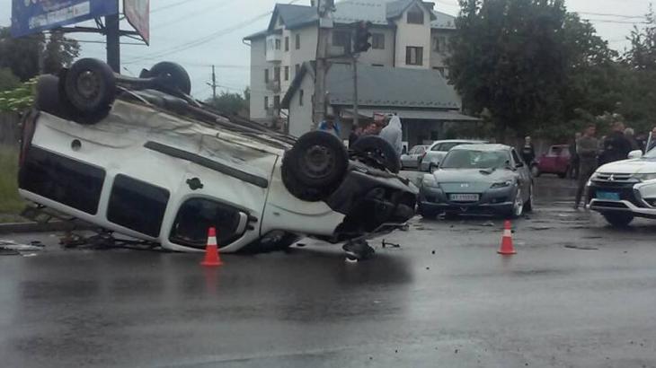З'явилося відео з потрійною ДТП в Коломиї – водій вискочив з автомобіля, який перекинувся (фото+відео)