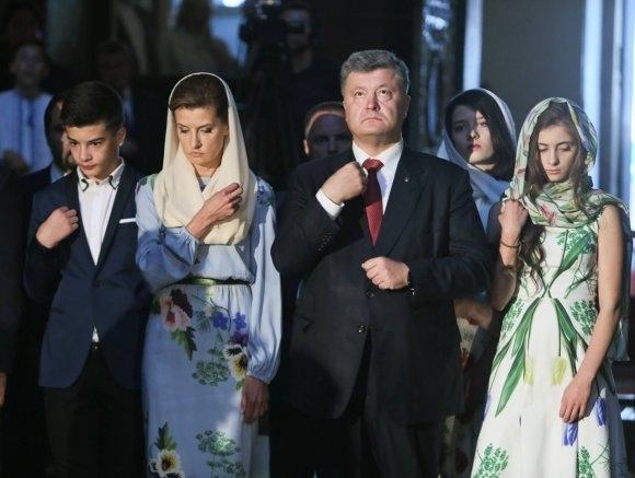На урочисті заходи з нагоди Дня Незалежності України жіноча половина родини  Порошенка вбралася в сукні українського модельєра. dcdaa5ef295ad