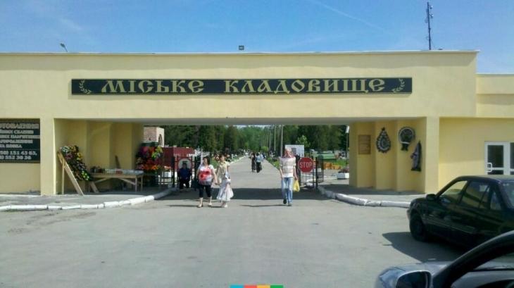 У Івано-Франківську запустять транспорт, який возитиме людей по території кладовища