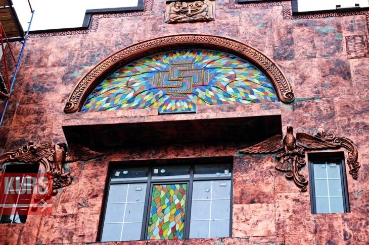 Богородиця, янголи, свастика і жаби: у Франківську з'явився химерний будинок 6