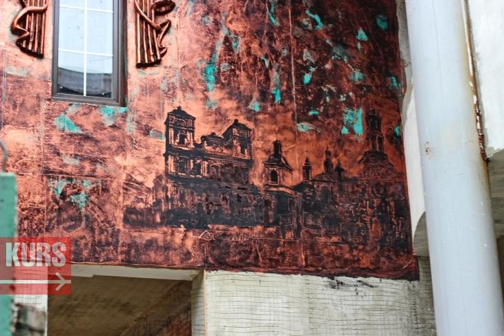 Богородиця, янголи, свастика і жаби: у Франківську з'явився химерний будинок 10