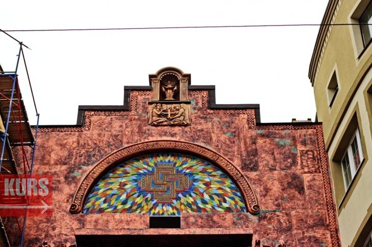 Богородиця, янголи, свастика і жаби: у Франківську з'явився химерний будинок 2