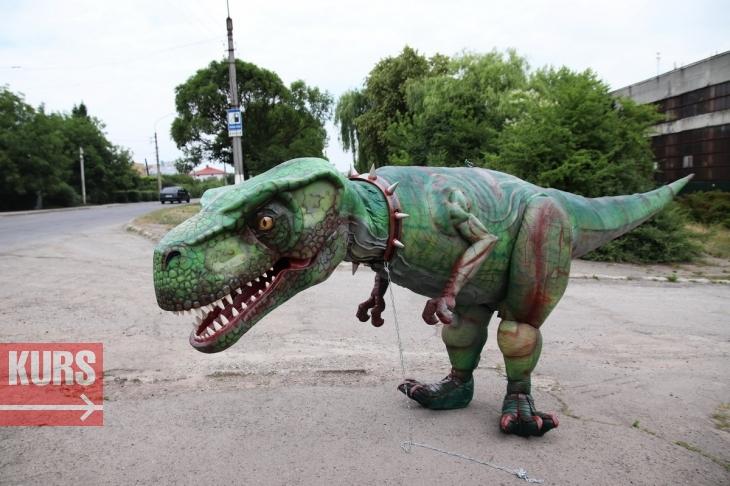 У Франківську гуляв семиметровий тиранозавр Діно: унікальний роботизований костюм створили місцеві майстри. ФОТО, ВІДЕО 4