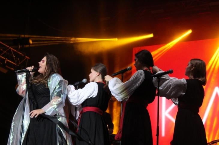 Франківець освідчився коханій просто на сцені перед виступом гурту KAZKA. ФОТО 6
