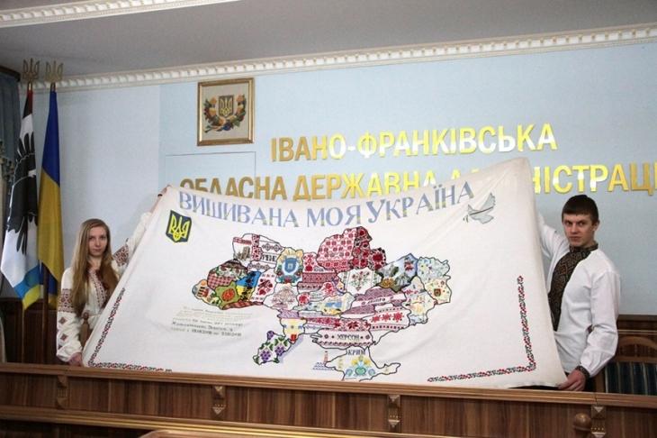 У Франківську казначеї презентували карту Вишивана моя Україна ФОТО e949cdb1cf5af