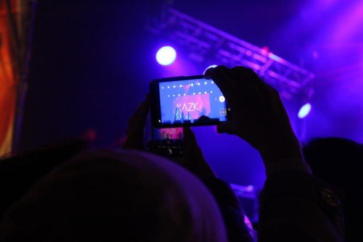 Франківець освідчився коханій просто на сцені перед виступом гурту KAZKA. ФОТО 1