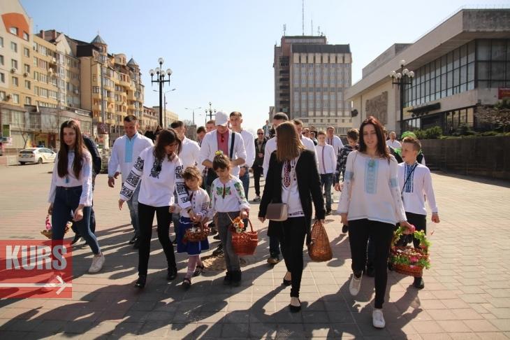 Вишиванки, кульки, водяні бої: Франківськ святкує Поливаний понеділок. ФОТО. ВІДЕО 1