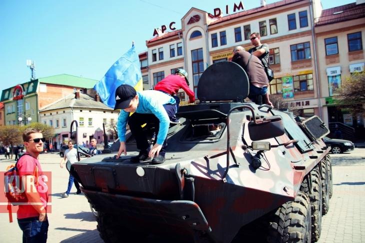 В центрі Івано-Франківська п'яне бидло чіплялося до охоронця виставки із зони АТО