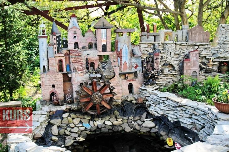 Мультяшне міні-місто: франківець створив домашній музей і парк з кораблем, палацами і скульптурами 12