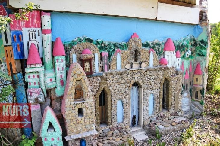 Мультяшне міні-місто: франківець створив домашній музей і парк з кораблем, палацами і скульптурами 10