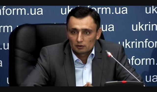 Директор ДП «Укрбурштин» Олег Ярошик на прес-конференції у Києві, 5 серпня 2015 року пояснює, звідки на території його приватної фірми мікроавтобус з 2,6 тоннами бурштину. Кадр з відео агентства «Укрінформ».