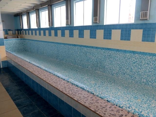 На Івано-Франківщині закрили один з дитячих басейнів: люди обурені (відео)