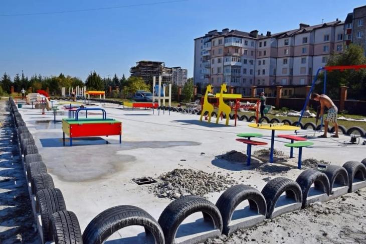 На території монастиря Святого Йосифа у Франківську встановлюють особливий дитячий майданчик (фотофакт)