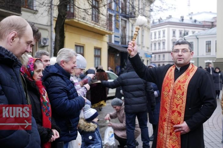 В храмах Івано-Франківська освятили воду - люди готуються святкувати Богоявлення (фоторепортаж)