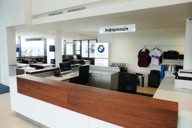 Бестселери з тест-драйвом, обмін та сервіс: у Франківську відкрили автоцентр BMW 7