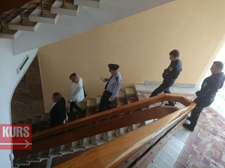 """Друга ніч під ОДА: пікетувальники не вірять, що Гончарук """"вибив"""" в Укравтодорі гроші на дорогу Яблунів – Делятин 2"""