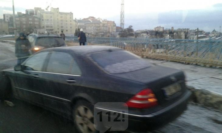 У Франківську на залізничному мості автомобіль збив велосипедиста – ровер відкинуло на дах будинку. ФОТО 2